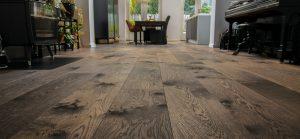 Geschaafde bruine houten vloer