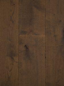 Deze lamelparket vloer heeft een verouderde uitstraling.