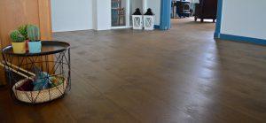 Antiek bruine geoliede houten vloer