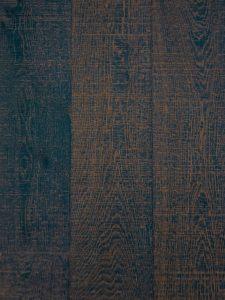 Deze houten vloer is blauw geverfd, geborsteld en bezaagd.