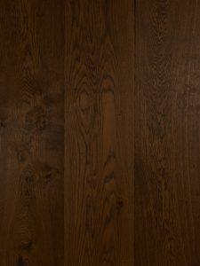 Deze houten vloer is geschaafd en gerookt