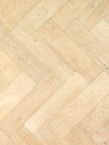 Deze duoplank visgraat vloer is geschuurd en wit geolied