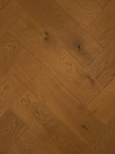 Deze duoplank visgraat vloer is gerookt.