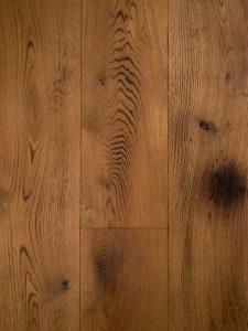 Op deze foto zie je een gebrande lamelparket vloer van Dutzfloors