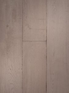Deze lamelparket vloer is wit gebeitst en verouderd