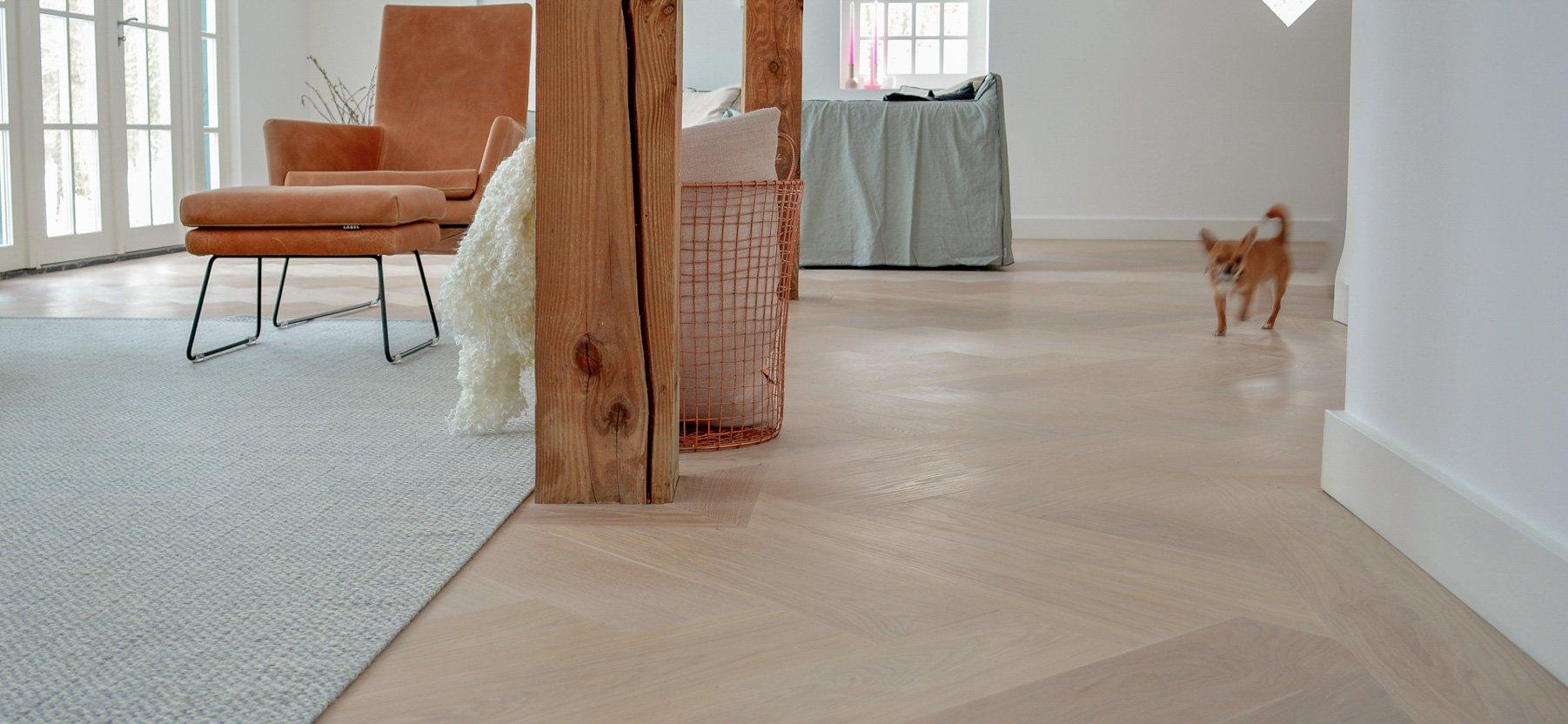 Strakke witte visgraat vloer