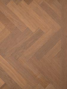 Deze tapis visgraat vloer is verouderd en gerookt.