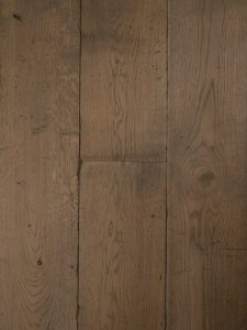 Deze grijze houten vloer heeft een verouderd karakter