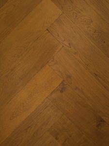 Deze verouderde visgraat vloer kan uitstekend gelegd worden op vloerverwarming