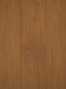 Deze houten vloer heeft door de kleur olie een warme uitstraling