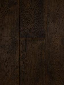 Deze houten vloer is zwart gebeitst en van hoge kwaliteit