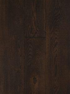 Deze houten vloer is bezaagd, gebrand en geborsteld.
