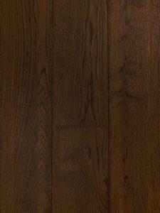 Deze lamelparket vloer is met een bruine olie afgewerkt.