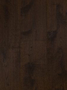 Deze bruine lamelparket vloer is van eiken en heeft geschuurde vloerdelen