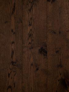 Deze eiken lamelparket vloer is met een bruine olie afgewerkt.