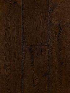 Deze geborstelde houten vloer is met ebben kleur geolied