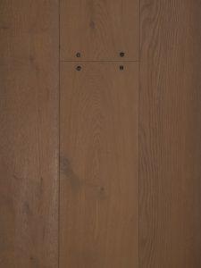 Deze houten vloer heeft oude spijkers.