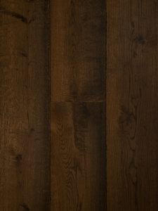 Deze houten vloer is kastanje geolied en geborsteld.