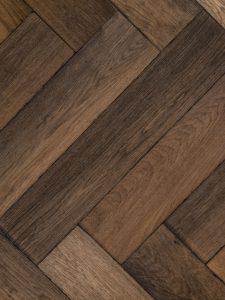 Deze visgraat vloer is gebeitst en verouderd.