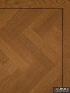Rondom deze visgraat vloer is een band geplaatst.