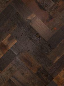 Deze visgraat vloer heeft verschillende kleuren en is gemaakt van 200 jaar oud hout.