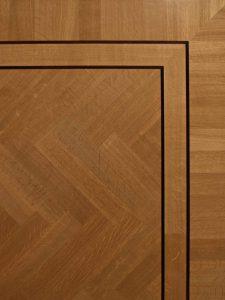 Deze visgraat vloer is voorzien van een staande Fries en een dubbele bies.