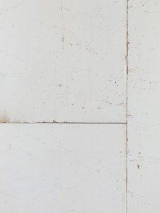 Wit geverfde vloer met karakter