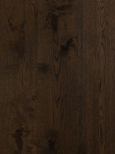 Deze zwarte vloer is geschaafd en van de hoogste kwaliteit eiken