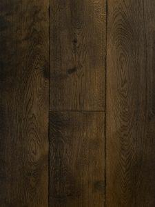 Deze houten vloer is zwart gebeitst.