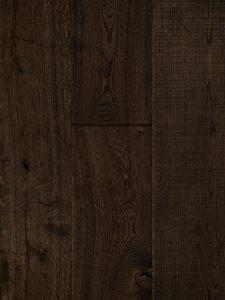 Deze zwarte houten vloer is gemaakt van oud hout.