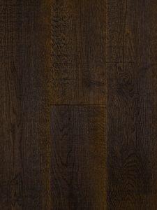 Deze eiken planken vloer is bezaagd, de zaagstrepen zijn duidelijk zichtbaar