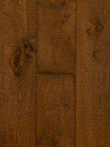 Deze bezaagde planken vloer is met een bruine tint afgewerkt