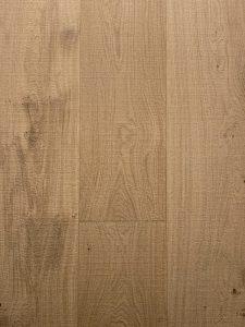 Blanke bezaagde houten vloer