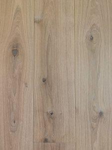 Deze blanke duoplank vloer heeft een sterke topcoating