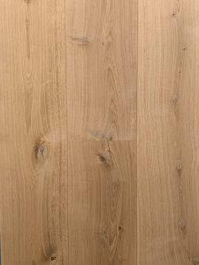 Deze blanke eiken vloer heeft 2 topcoating en is uitermate geschikt voor vloerverwarming