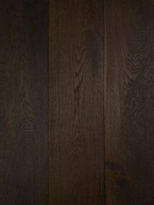 Deze donker bruine eiken houten vloer is geschikt voor vloerverwarming