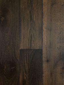 Deze donkere eiken houten vloer heeft een diepe nerf tekening.