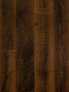 Deze donkere vloer heeft verouderde planken van minstens 100 jaar oud