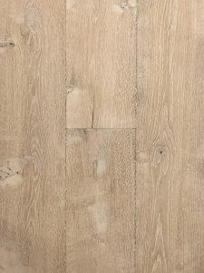 Deze eiken planken vloer heeft een hand geschraapte velling.