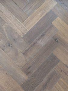 Deze duoplank visgraat vloer is gerookt en heeft hierdoor veel kleurverschil