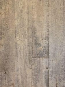Deze grijze eiken planken vloer is geschikt voor vloerverwarming