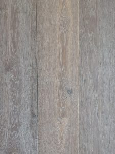 Deze grijze houten vloer heeft een sterke topcoating en is geschikt voor iedere leefsituatie
