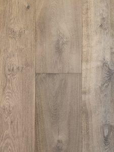 Deze grijze oude planken vloer heeft planken van 2cm dik.