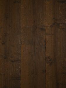 Deze houten vloer is zwaar getrommeld en wordt daarom ook wel een kasteelvloer genoemd