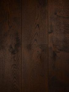 Deze duoplank vloer is met een kastanje kleurige olie afgewerkt