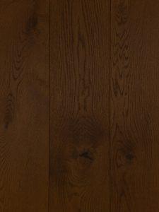 Deze houten vloer is met een kastanje kleurige olie afgewerkt