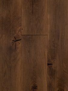 Deze kasteelvloer heeft zwarte noesten, open noesten en scheuren.