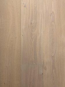 Doordat deze eiken vloer licht geborsteld is, is de structuur goed zichtbaar.
