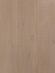 Deze eiken houten vloer is met een licht kleurige olie afgewerkt