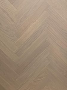 Deze licht grijze visgraat vloer kan uitstekend geplaatst worden op vloerverwarming